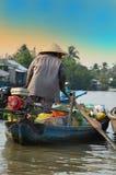 Kan Tho, Vietnam - 5 Maart 2015: Vrouw die zich door boot, het gemeenschappelijkste vervoersgemiddelde bewegen van landelijke men Stock Foto