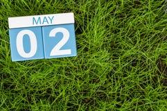 kan tweede Dag 2 van maand, kalender op achtergrond van het voetbal de groene gras De lentetijd, lege ruimte voor tekst Stock Foto