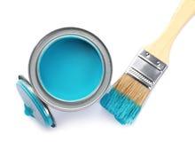 Kan van blauw op witte achtergrond schilderen en borstelen stock afbeelding