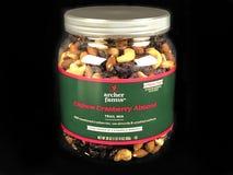 Kan van de Mengeling van de de Amandelsleep van Archer Farms Cashew Cranberry op een Zwarte Achtergrond stock afbeeldingen
