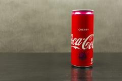 Kan van de originele smaak van Coca-Cola op een donkere achtergrond Royalty-vrije Stock Afbeeldingen