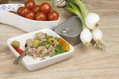 Kan van tonijn, een gezonde maaltijd met groenten Stock Foto