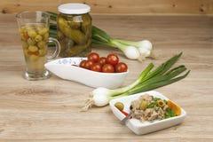 Kan van tonijn, een gezonde maaltijd met groenten Stock Fotografie