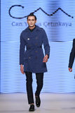 Kan Yunus Cetinkaya Catwalk i Mercedes-Benz Fashion Week Istanbul Royaltyfria Bilder