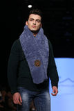 Kan Yunus Cetinkaya Catwalk i Mercedes-Benz Fashion Week Istanbul Royaltyfri Bild