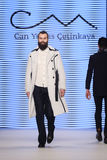 Kan Yunus Cetinkaya Catwalk i Mercedes-Benz Fashion Week Istanbul Royaltyfri Foto