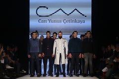 Kan Yunus Cetinkaya Catwalk i Mercedes-Benz Fashion Week Istanbul Arkivbild