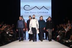Kan Yunus Cetinkaya Catwalk i Mercedes-Benz Fashion Week Istanbul Arkivfoto