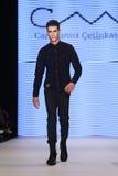 Kan Yunus Cetinkaya Catwalk in Mercedes-Benz Fashion Week Istanb Royalty-vrije Stock Foto
