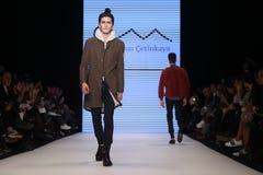 Kan Yunus Cetinkaya Catwalk in Mercedes-Benz Fashion Week Istanb Royalty-vrije Stock Afbeeldingen