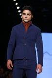 Kan Yunus Cetinkaya Catwalk in Mercedes-Benz Fashion Week Istanbul Royalty-vrije Stock Afbeeldingen