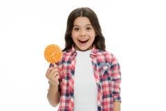 Kan zoeten maken ons gelukkig Meisje houdt het leuke het glimlachen gezicht zoete lolly Snoepjes in aangewezen o.k. gedeelten Het royalty-vrije stock fotografie