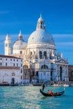 Kanał Grande z gondolą przeciw bazyliki Santa Maria della salutowi w Wenecja, Włochy zdjęcia stock