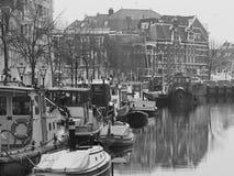 Kanał i łodzie przy Leiden schronieniem Fotografia Royalty Free