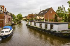 Kanał i budynek mieszkalny otacza mnie alkmaar holandie Holland zdjęcie royalty free