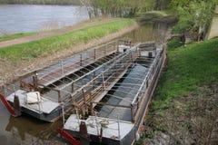 Kanał jest właśnie obok rzeki, jednakże łodzie no są gotowe fotografia royalty free