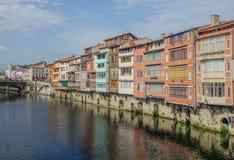 Kanał który krzyżuje miasto Castres fotografia stock