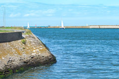Kanał marina Dunkirk blisko plaży z żeglowanie statkami Obrazy Royalty Free
