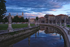 Kanał Prato della Valle kwadrat przy wieczór, Padua, Włochy Zdjęcia Stock