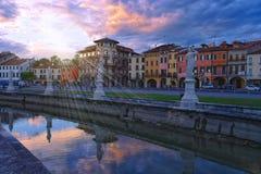 Kanał Prato della Valle kwadrat przy zmierzchem, Padua, Włochy Obrazy Stock