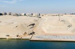 Kanał Sueski, Egipt Listopad 5, 2017: Miastowi budynki na zachodzie obraz royalty free