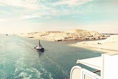 Kanał Sueski - statku konwój z statkiem wycieczkowym przechodzi zdjęcie royalty free