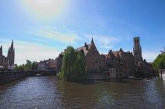 Kanał w Bruges i sławna dzwonnica górujemy na tle w pięknym wiosna dniu Zdjęcie Royalty Free