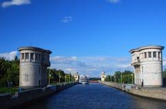 Kanał wymieniający po Moskwa w Rosja Kędziorek bramy są otwarte Fotografia Royalty Free