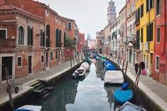 Kanał z łodziami i bulwar w Wenecja Obraz Stock