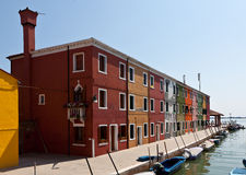 Kanał z domami w Burano, Włochy Zdjęcia Royalty Free