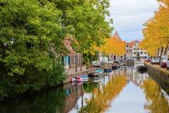 Kanał z jesienią barwił drzewa w Hoorn, holandie Zdjęcia Royalty Free