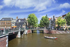 Kanał z mostami w Amsterdam Starym miasteczku. Fotografia Royalty Free