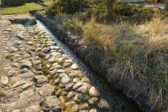Kanał z wiosny wodą w mieście Sabile w Latvia obraz royalty free