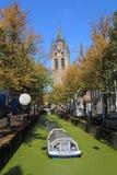Kanałowa łódź w jesieni w Delft, Holandia Zdjęcie Stock