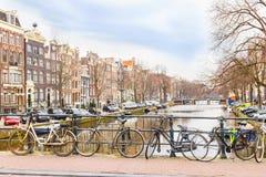 kanałowi Amsterdam bicykle Zdjęcie Stock