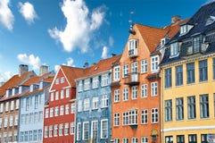 kanałowi kolorowi duńscy sławni domy zbliżać nyhavn Fotografia Royalty Free