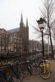 Kanałowy i kościelny wierza w Amsterdam, Holandia Zdjęcia Royalty Free