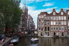 Kanałowy widok od mostu na Amsterdam głównej ulicie zdjęcie royalty free