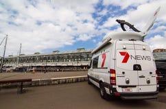 Kanału 7 wiadomość na zewnątrz nadawczego samochodu dostawczego przy nabrzeżem Tarasuje, Sydney zatoczka, Woolloomooloo obrazy royalty free