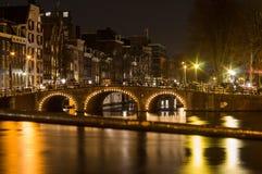 Kanały w Amsterdam przy nocą Obraz Royalty Free
