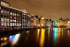 Kanały z światłami na wodzie w Amsterdam przy nocą Obraz Royalty Free