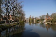 Kanał Bruges z starymi tradycyjnymi domami zdjęcia stock