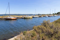 Kanał du Midi i Les Onglous latarnia morska, Agde, Francja Zdjęcie Stock