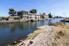 Kanał du Midi i Les Onglous latarnia morska, Agde, Francja Zdjęcia Stock