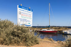 Kanał du Midi i Les Onglous latarnia morska, Agde, Francja Zdjęcia Royalty Free