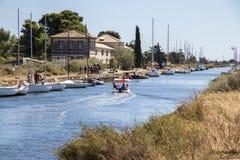 Kanał du Midi i Les Onglous latarnia morska, Agde, Francja Obraz Royalty Free