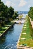 Kanał i Uroczysta kaskadowa fontanna pionowo zdjęcia stock