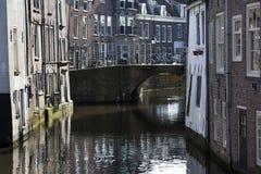 Kanałowi i historyczni domy w holandiach Zdjęcia Royalty Free