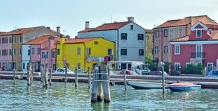 Kanałowi i kolorowi budynki w Burano wyspie, Wenecja Obraz Royalty Free