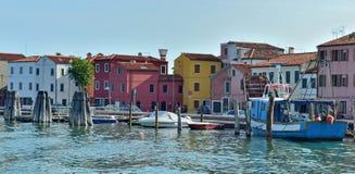 Kanałowi i kolorowi budynki w Burano wyspie, Wenecja Zdjęcie Stock
